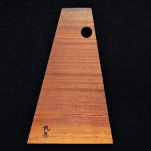Planche à découper en sapelli bois exotique glané dans les Vosges