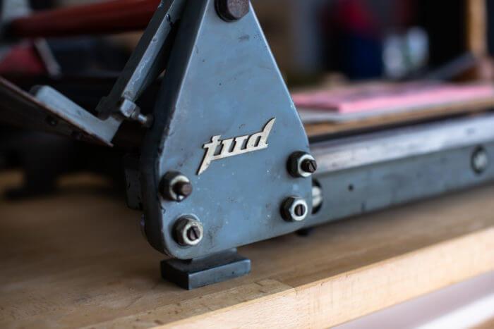 Presse pour gravure sur bois ou linoléum de la marque JUD installée à l'atelier de Cadet Roussel à Remiremont