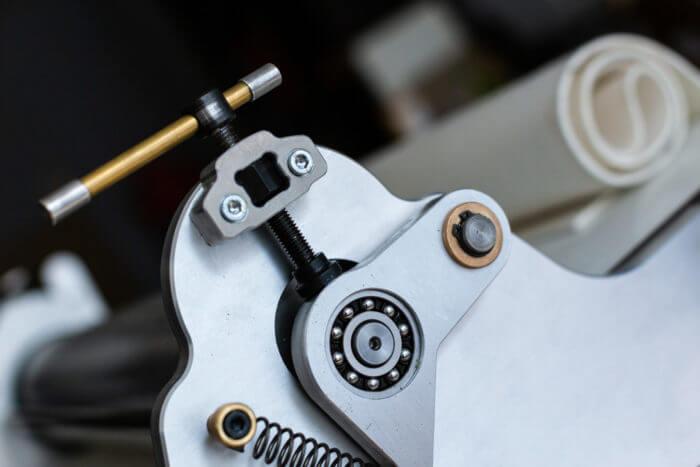Détail du système de pression et du roulement à bille de la presse de chartreuse à eau forte