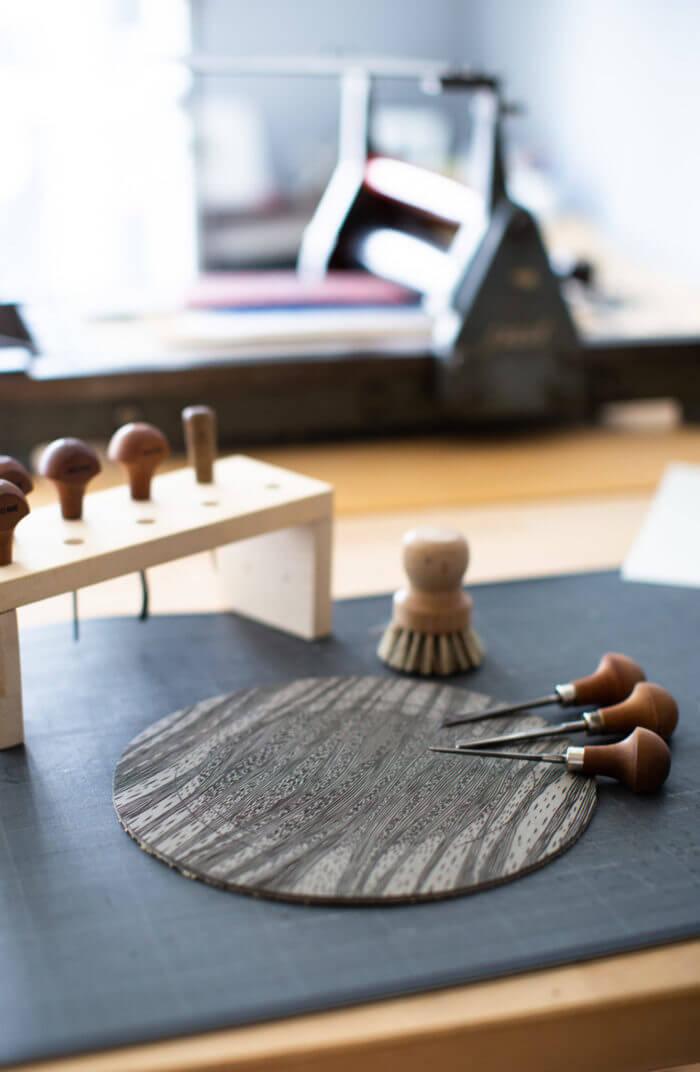 Matériel et outils pour la gravure dans l'atelier de Cadet Roussel