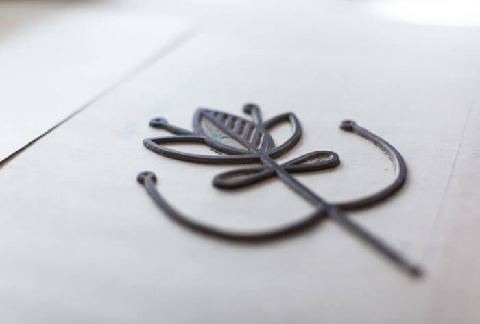 >Détail d'un matrice destinée à être gaufrée grâce à la presse de l'atelier de Cadet Roussel à Remiremont dans les Vosges