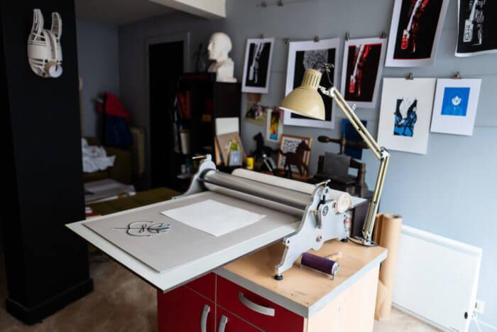Plan large de l'installation de la presse de la chartreuse dans l'atelier gravure de Cadet Roussel à Remiremont Vosges