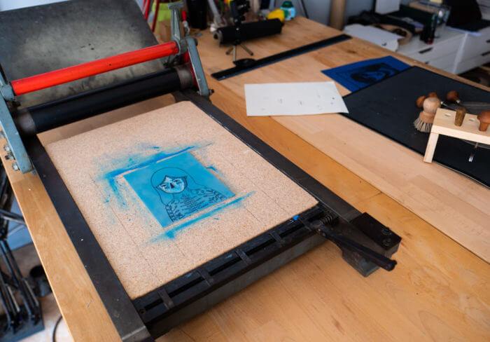 Presse typographique à épreuve pour l'impression d'une gravure en 2 couleur à l'atelier de Cadet Roussel