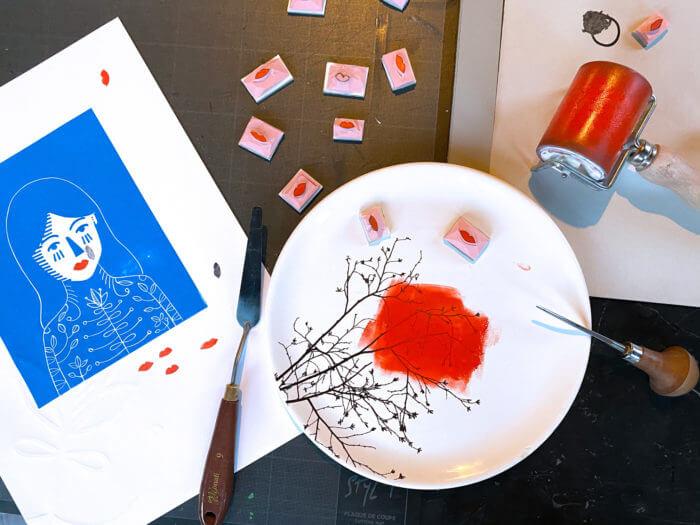 Atelier d'impression avec des petits tampons, gravures