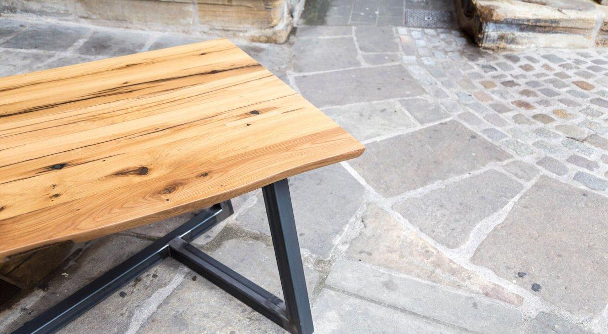 Table chêne et métal sur-mesure sur le parvis de la basilique à Épinal